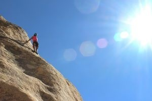 פתרון טבעי לנחירות והפסקות נשימה בשינה: מה לומדים ממטפסי הרים